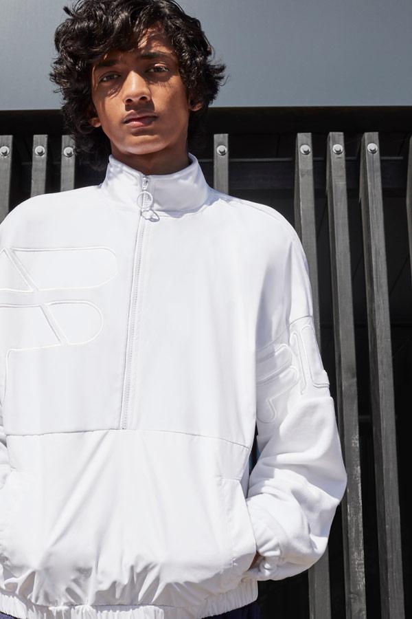Fila — pánská bílá bunda přes hlavu do pasu — sportovní oblečení — podzim/zima 2018