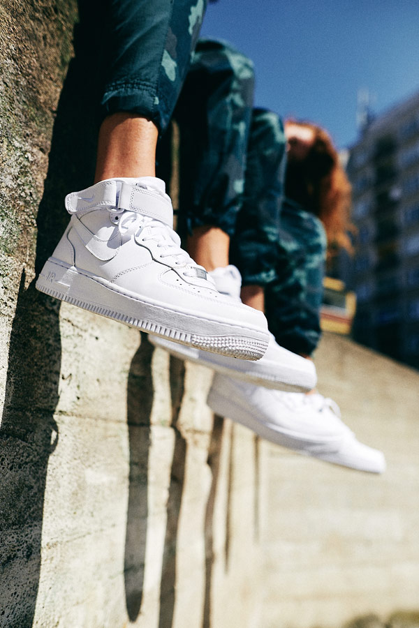 Nike x Queens lookbook — bílé boty Nike Air Force 1 Mid