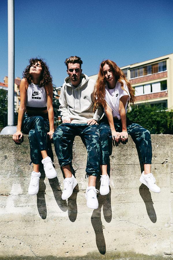 Nike x Queens lookbook — bílé boty Nike Air Force 1 Mid — bílé boty Nike Air Force 1 Low — maskáčové kalhoty joggers — pánská mikina s kapucí — dámský bílý top