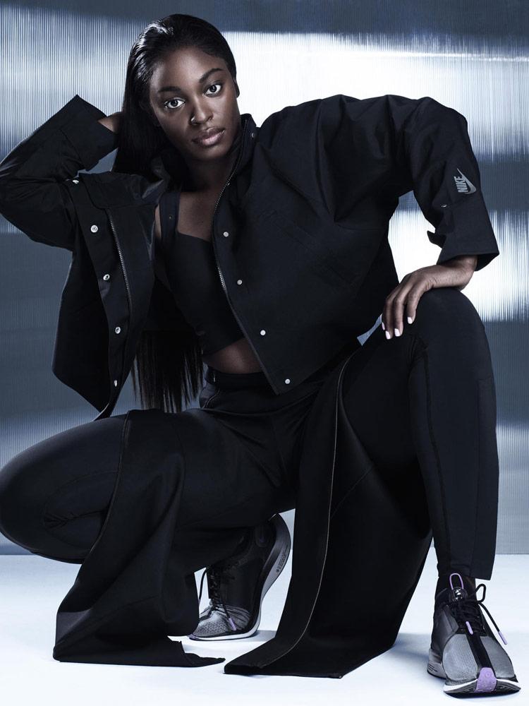 Nike — dámská černá bunda — černé rozepínací kalhoty — šedé boty Nike Zoom Pegasus Turbo XX — City Ready Collection