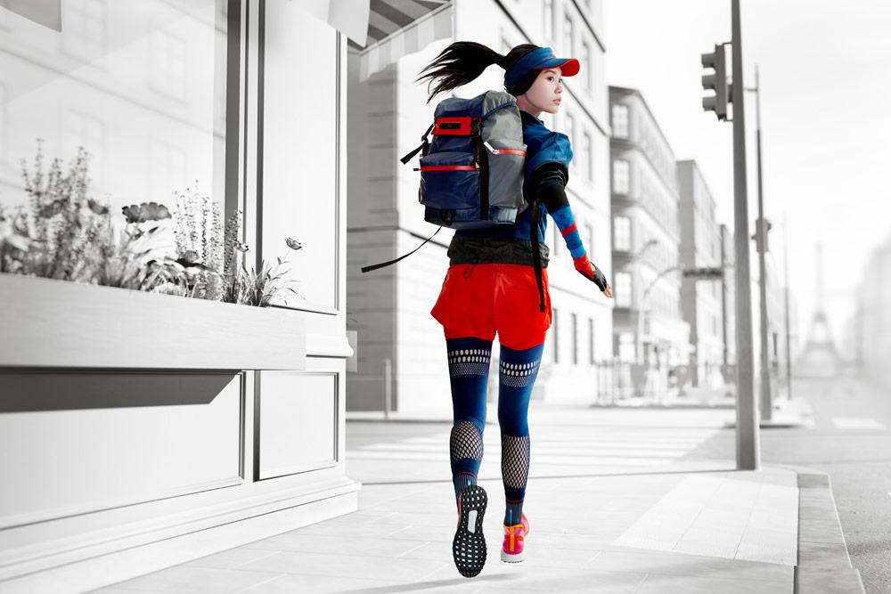 adidas by Stella McCartney — oranžové šortky — modré síťované legíny — sportovní batoh — funkční sportovní oblečení — podzim/zima 2018