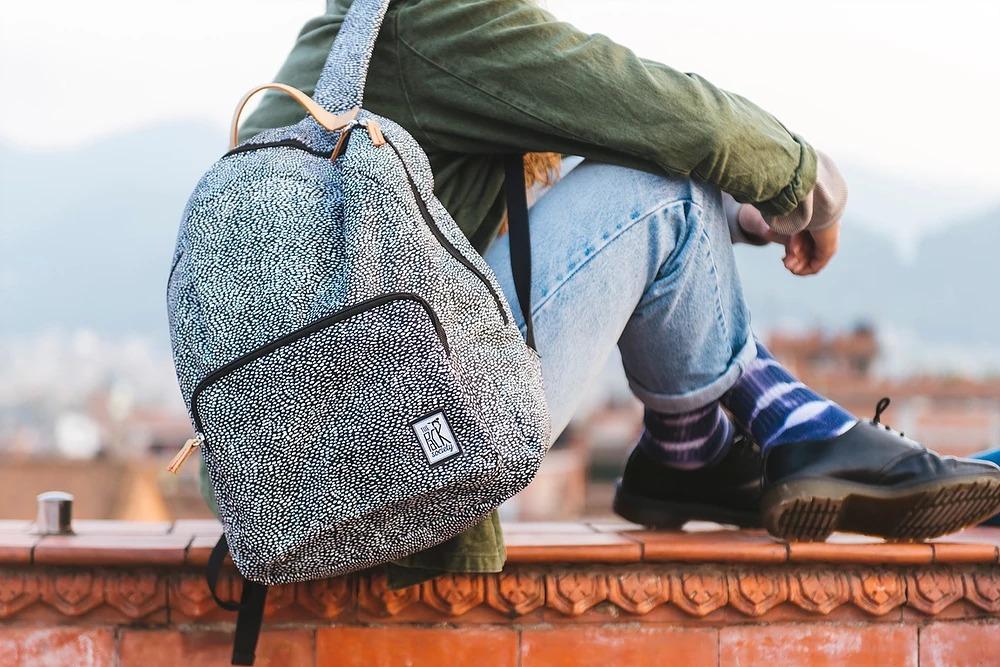 The Pack Society — černo-bílý batoh s jemným vzorem — podzim/zima 2018