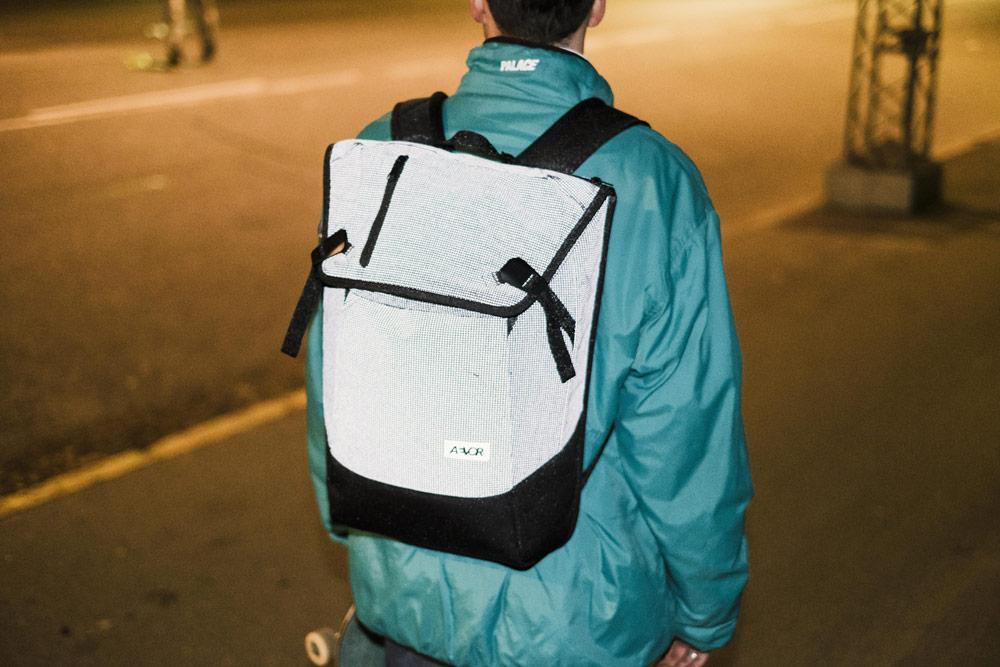Aevor — reflexní batoh Daypack — městský, školní — recyklované z PET lahví — šedý — lookbook podzim/zima 2018