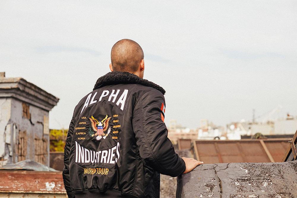 Alpha Industries — černý bomber s kožíškem na límci a výšivkou na zádech — pánský — podzimní/zimní bunda do pasu — 2018