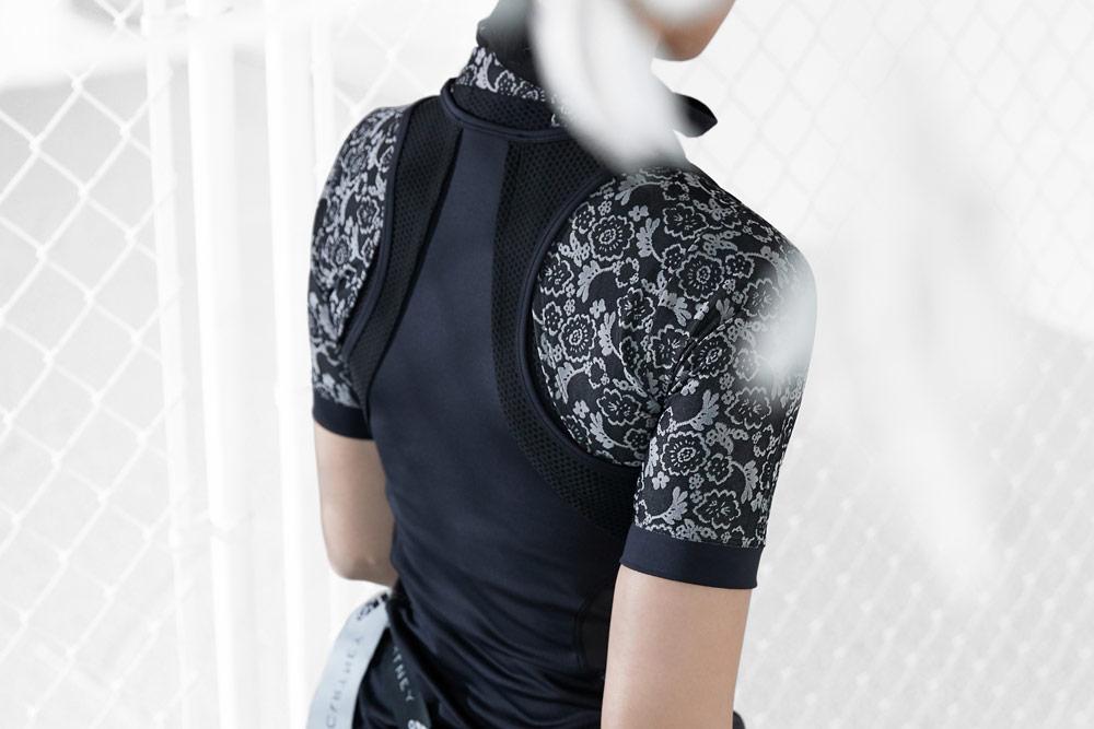 adidas by Stella McCartney — černé tílko — černé tričko s květinovým vzorem — funkční sportovní oblečení — podzim/zima 2018