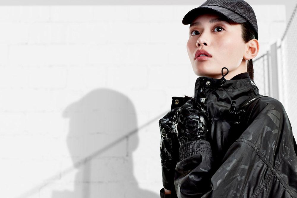 adidas by Stella McCartney — šusťáková sportovní bunda — dámská — černá kšiltovka — funkční sportovní oblečení — podzim/zima 2018
