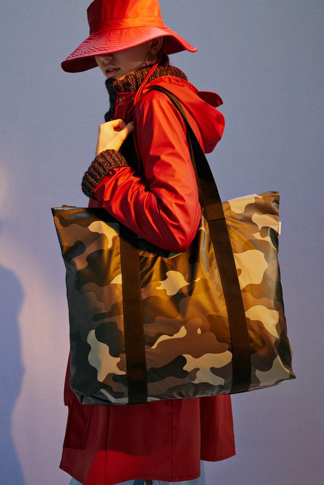Rains — dámský červený pršiplášť — plášť do deště — maskáčová nepromokavá taška — podzim/zima 2018