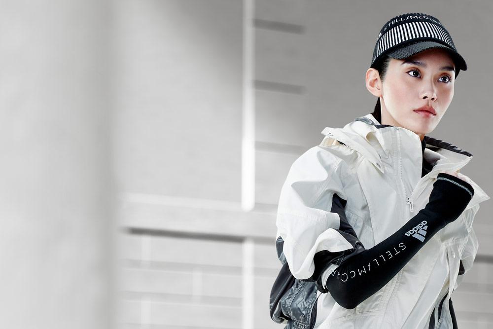 adidas by Stella McCartney — bílá sportovní bunda s kapucí — kšiltovka — funkční sportovní oblečení — podzim/zima 2018