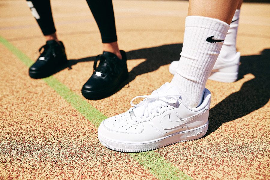 Nike x Queens lookbook — černé boty Nike Air Force 1 Low — bílé boty Nike Air Force 1 Low
