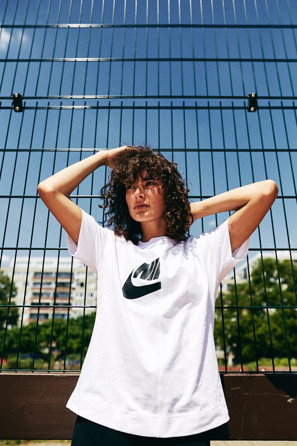 Nike x Queens lookbook — dámské bílé tričko