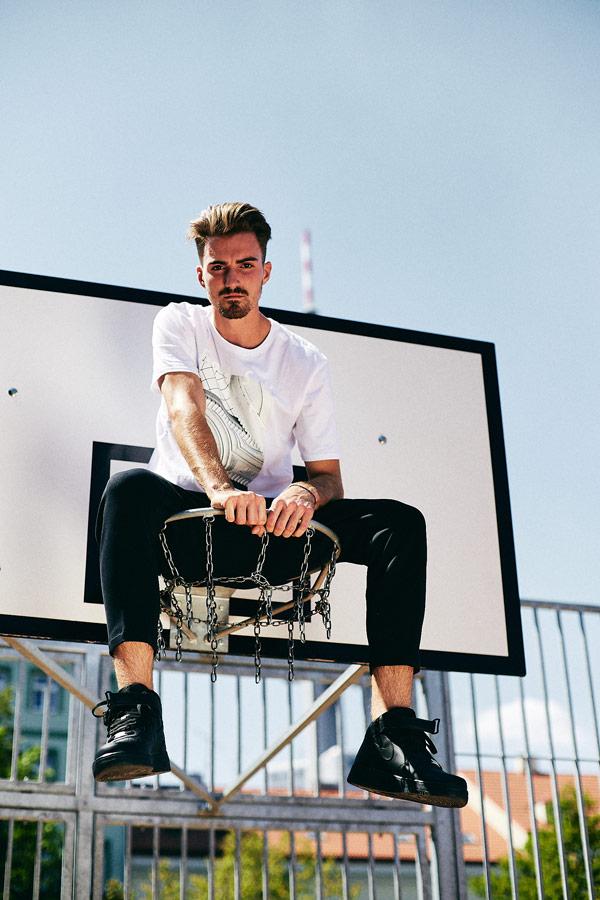 Nike x Queens lookbook — pánské bílé tričko s potiskem — černé tepláky