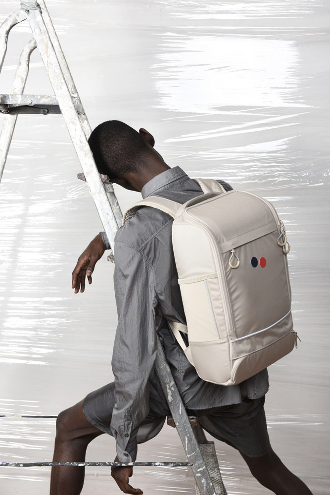 Pinqponq — krémový batoh Cubik Medium — recyklovaný z PET lahví — městský