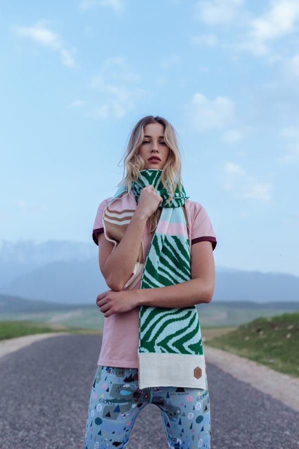 Femi Stories — šála — modré legíny — růžové tričko — podzim/zima 2018