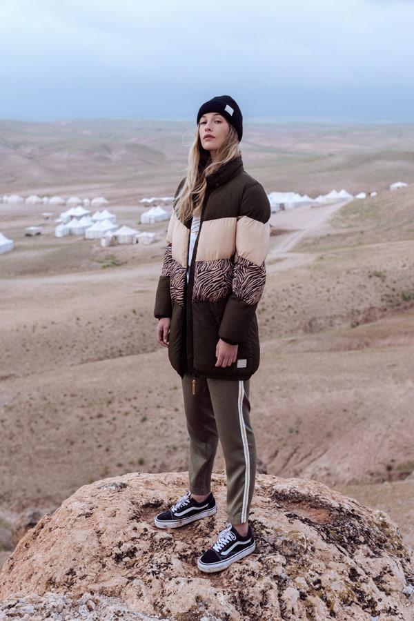 Femi Stories — delší prošívaná hnědá/zelená zimní bunda — khaki tepláky — podzim/zima 2018