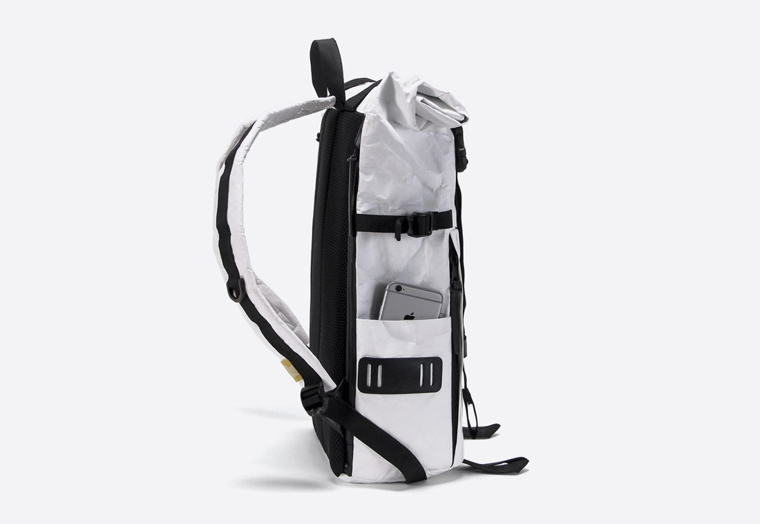 We Are Able — Tyvek Roll Top — bílý batoh — městský — backpack — pomačkaný vzhled — boční pohled