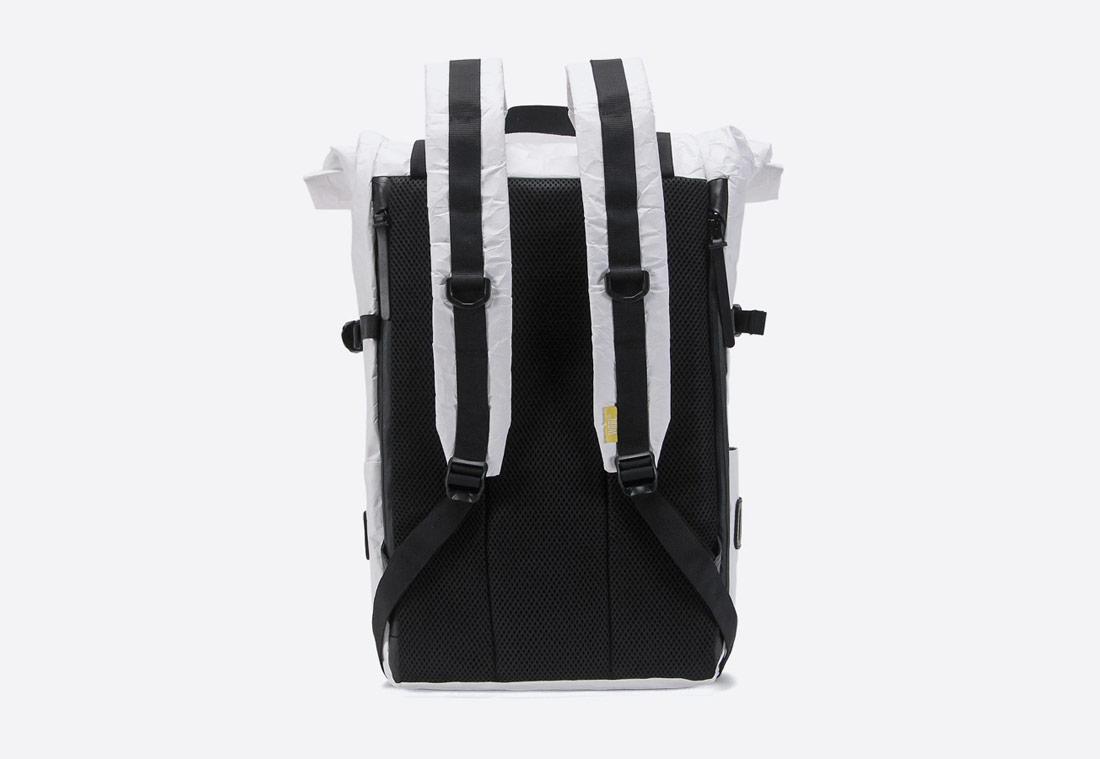 We Are Able — Tyvek Roll Top — bílý batoh — městský — backpack — pomačkaný vzhled — zadní pohled