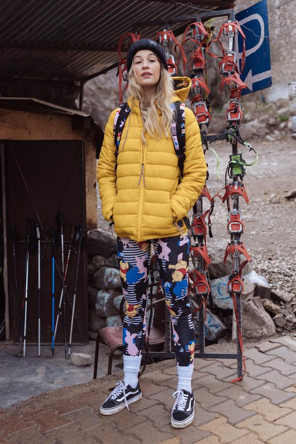 Femi Stories — delší prošívaná žlutá zimní bunda s kapucí — legíny s Medvídkem Pú — podzim/zima 2018