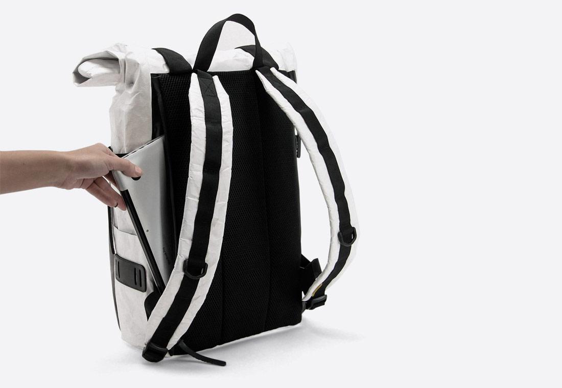 We Are Able — Tyvek Roll Top — bílý batoh — městský — backpack — pomačkaný vzhled — kapsa pro laptop