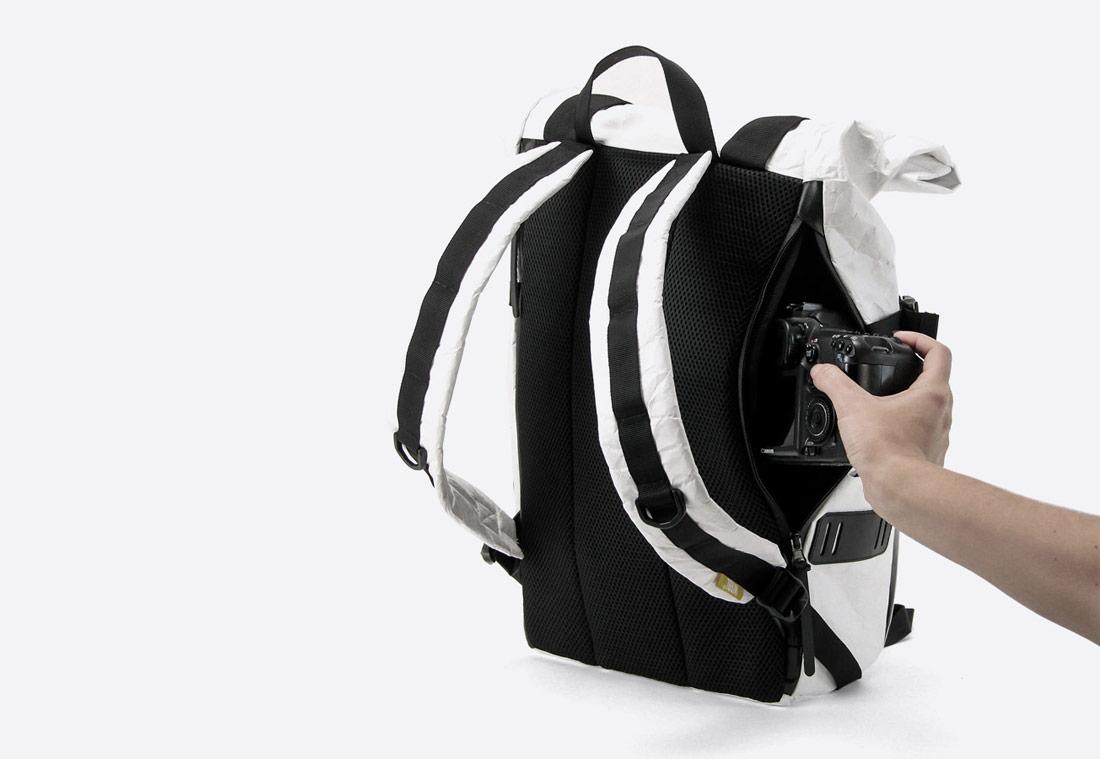 We Are Able — Tyvek Roll Top — bílý batoh — městský — backpack — pomačkaný vzhled — zadní úložný prostor
