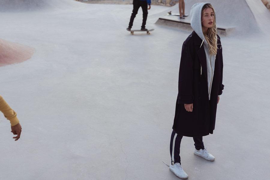 Femi Stories — dámský dlouhý modrý kabát — modré tepláky — šedá mikina na zip s kapucí — podzim/zima 2018
