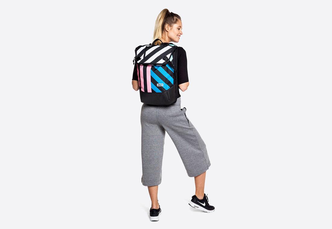Aevor Daypack – Stripeoff Blue Range – pruhovaný batoh – modrý, růžový, bílý, černý