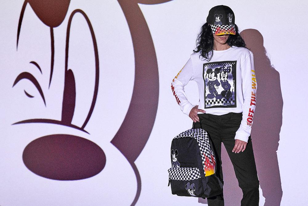 Vans x Disney — Mickey Mouse — dámské bílé tričko s dlouhým rukávem — černý batoh — kšiltovka