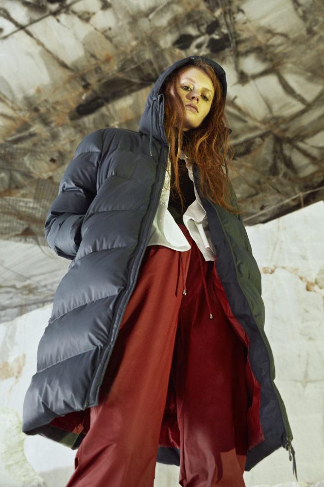 Rains — dlouhá péřová bunda s kapucí — modrá — dámská —