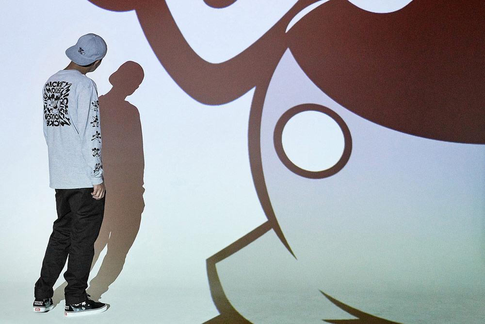 Vans x Disney — Mickey Mouse — šedá mikina s potiskem — šedá kšiltovka — kotníkové boty Sk8-Hi