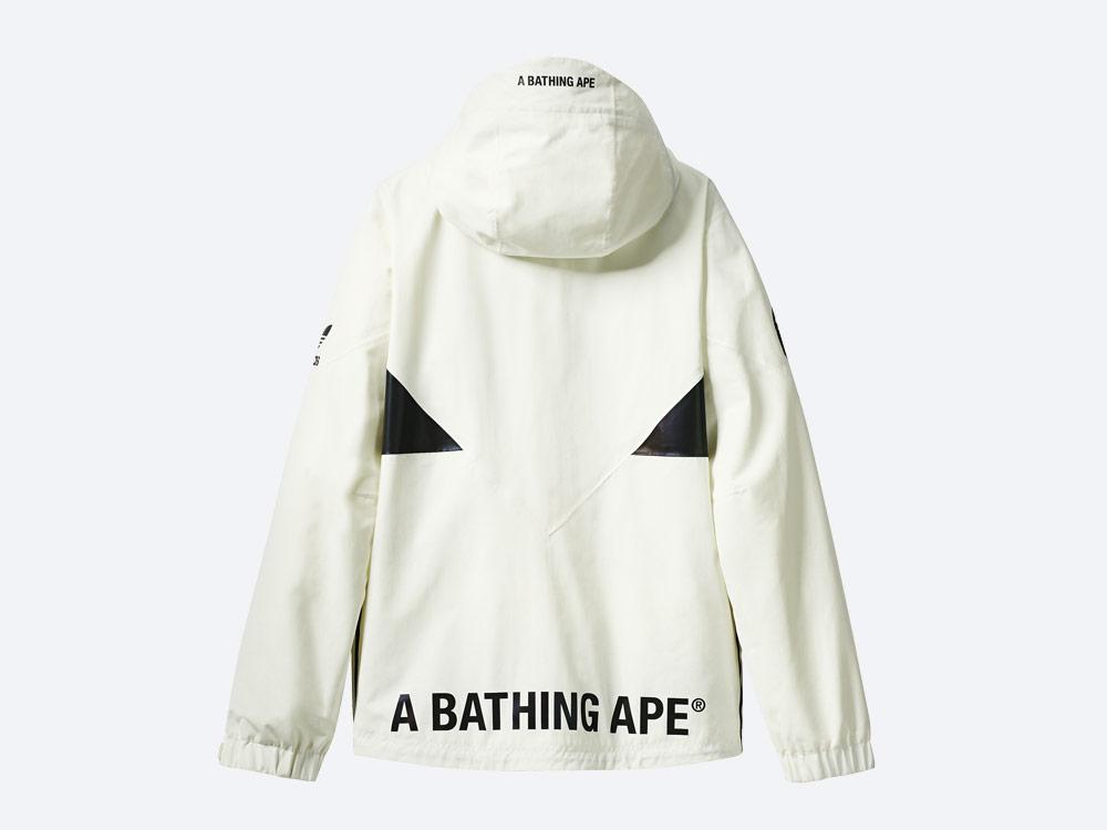 adidas Snowboarding by BAPE® — snowboardová bunda Snow Jacket s kapucí — bílá
