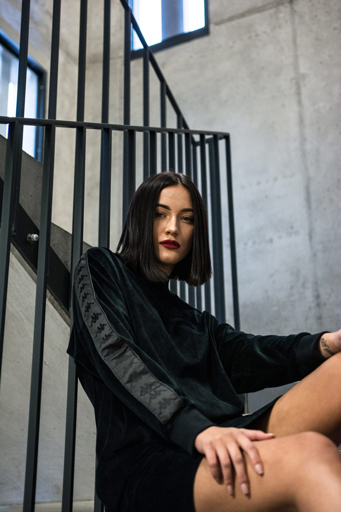 Queens.cz — lookbook — černé velurové šaty Kappa Authentic Azar