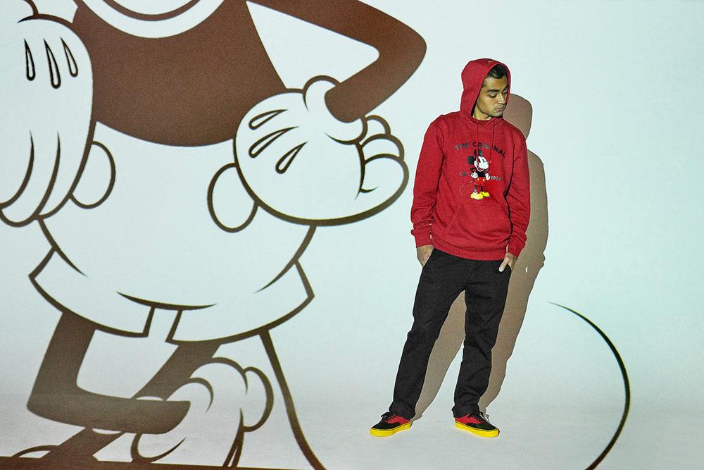 Vans x Disney — Mickey Mouse — červená mikina s kapucí — černo-červené boty Authentic