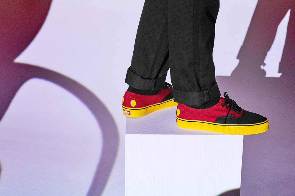 4007375c71a Vans x Disney — Mickey Mouse — černo-červené boty Authentic Vans x Disney —  Mickey Mouse — červené tenisky Slip-on bez tkaniček ...