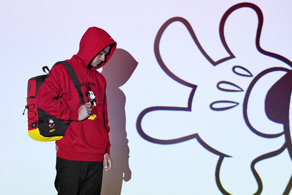 Vans x Disney — Mickey Mouse — červená mikina s kapucí — černo-červený batoh