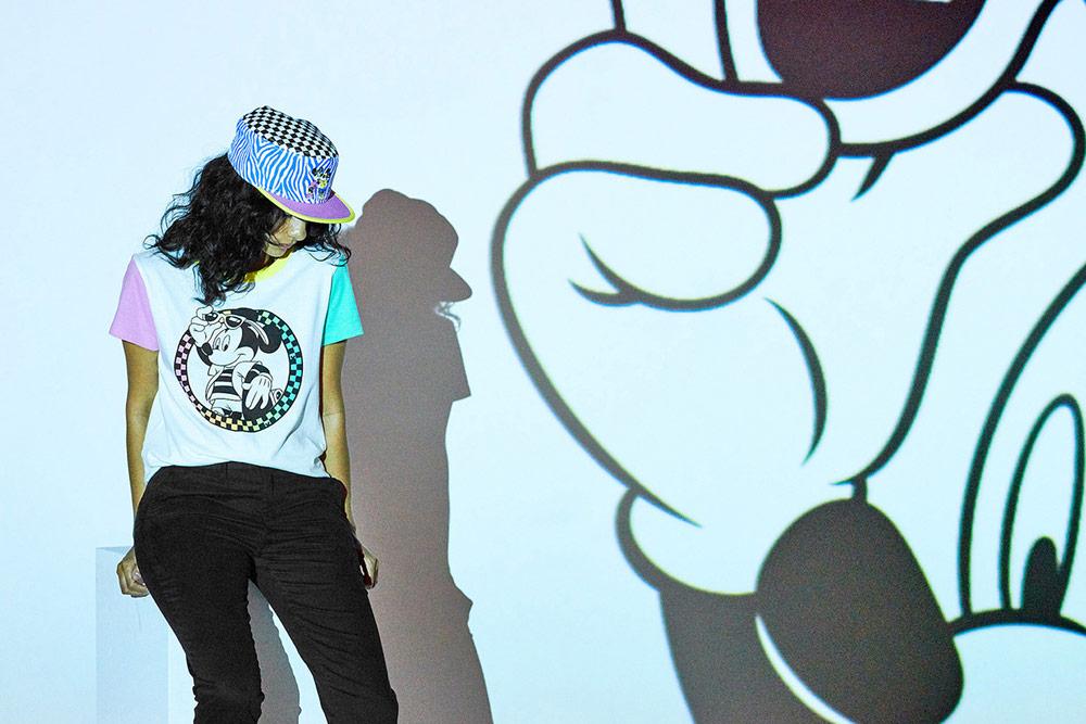 Vans x Disney — Mickey Mouse — dámské bílé tričko s potiskem — barevný klobouk
