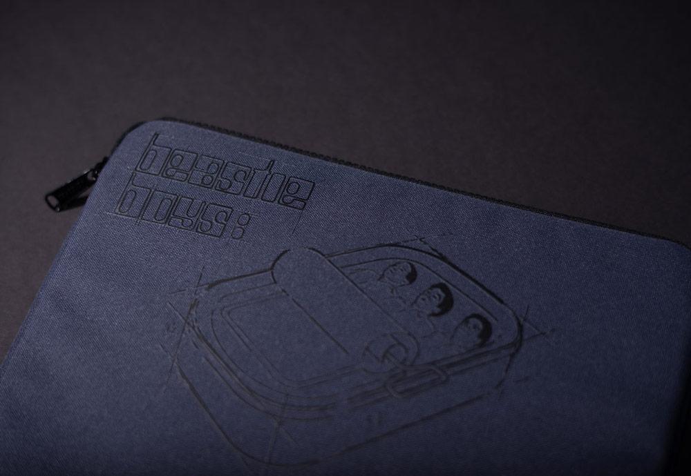 Herschel Supply x Beastie Boys: Hello Nasty — Anchor Sleeve — pouzdro pro laptop (notebook) — modré