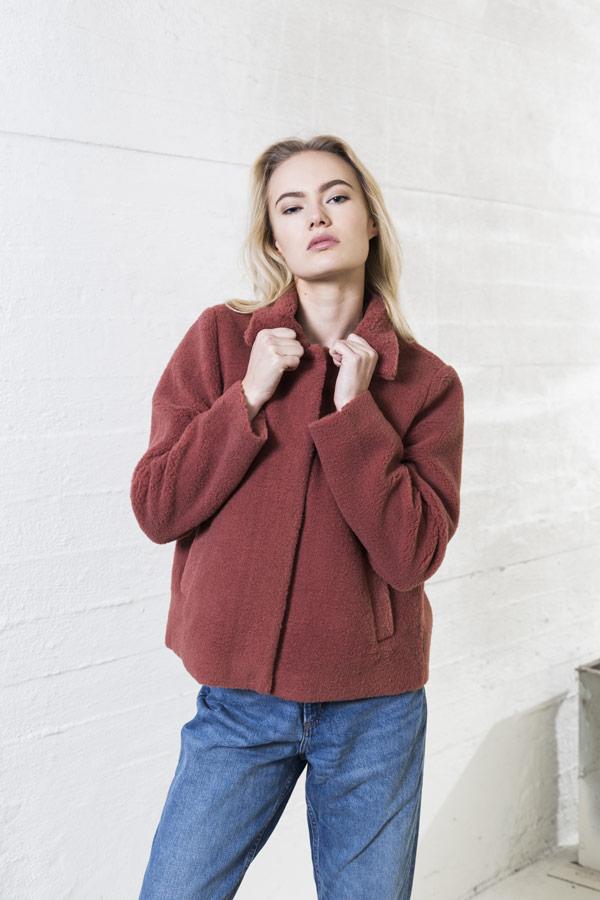 Selfhood — zimní kabátek do pasu z umělé kožešiny — dámský — světle červený
