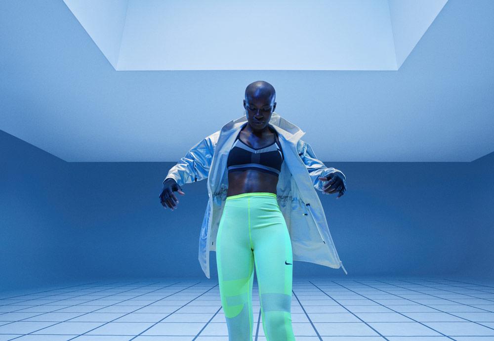 Nike Tech Pack Spring 2019 — sprotovní oblečení — běžecké legíny křiklavě žluto-zelené — dámská stříbrná sportovní bunda s kapucí — sportovní podprsenka