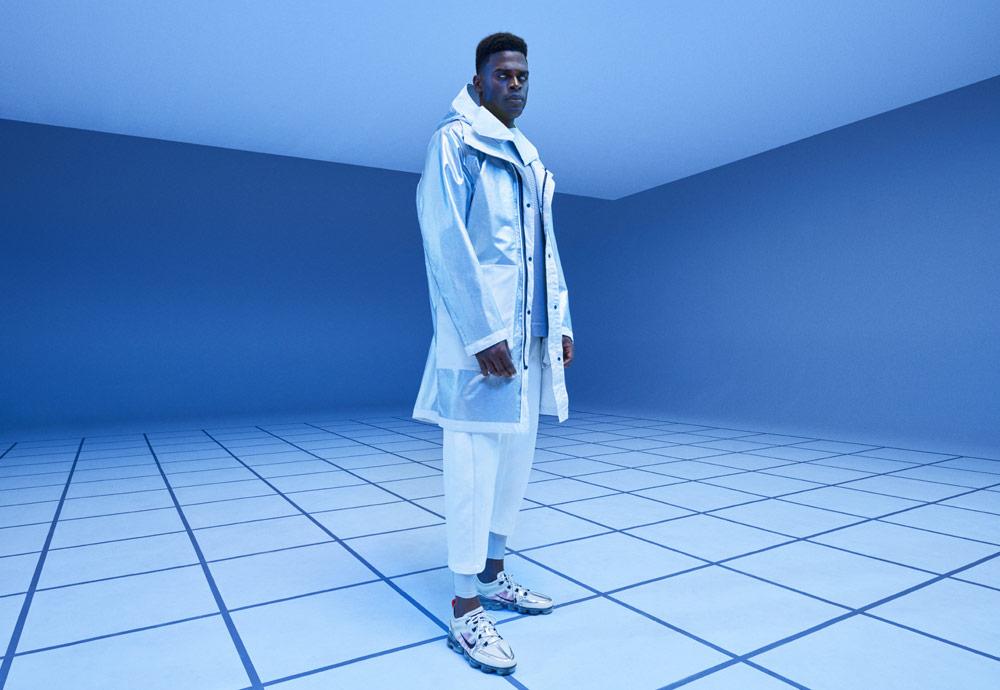 Nike Tech Pack Spring 2019 — sprotovní oblečení — stříbrná bunda s kapucí — sportovní parka — bílé kalhoty