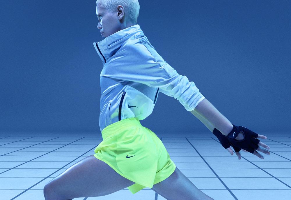 Nike Tech Pack Spring 2019 — sprotovní oblečení — běžecké dámské kraťasy křiklavě žluto-zelené — stříbrná bunda bez kapuce