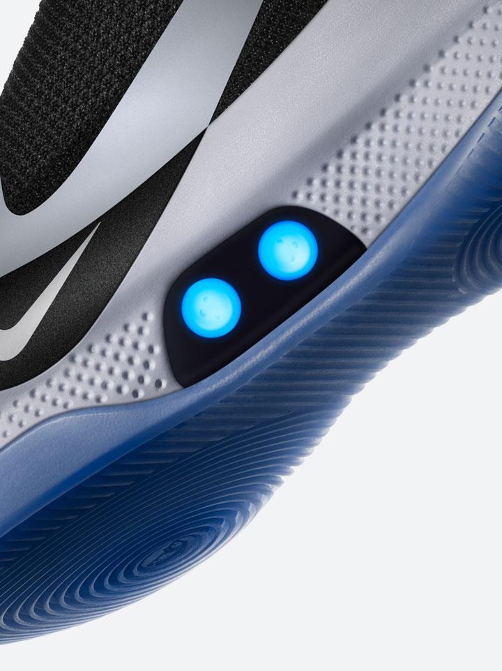 Nike Adapt BB — basketbalové boty — samozavazovací — svítící, elektronické — Hi-Tech basketball sneakers — sportovní obuv — detail mezipodešve a podrážky