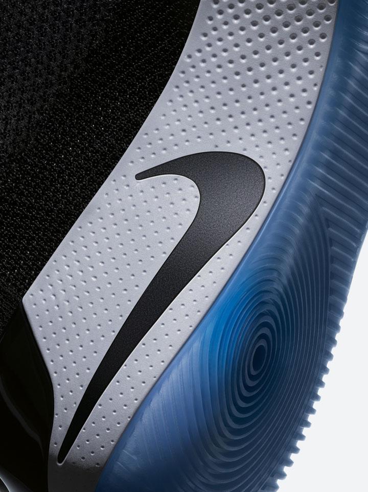 Nike Adapt BB — basketbalové boty — samošněrovací — svítící, elektronické — Hi-Tech basketball sneakers — sportovní obuv — detail mezipodešve a podrážky