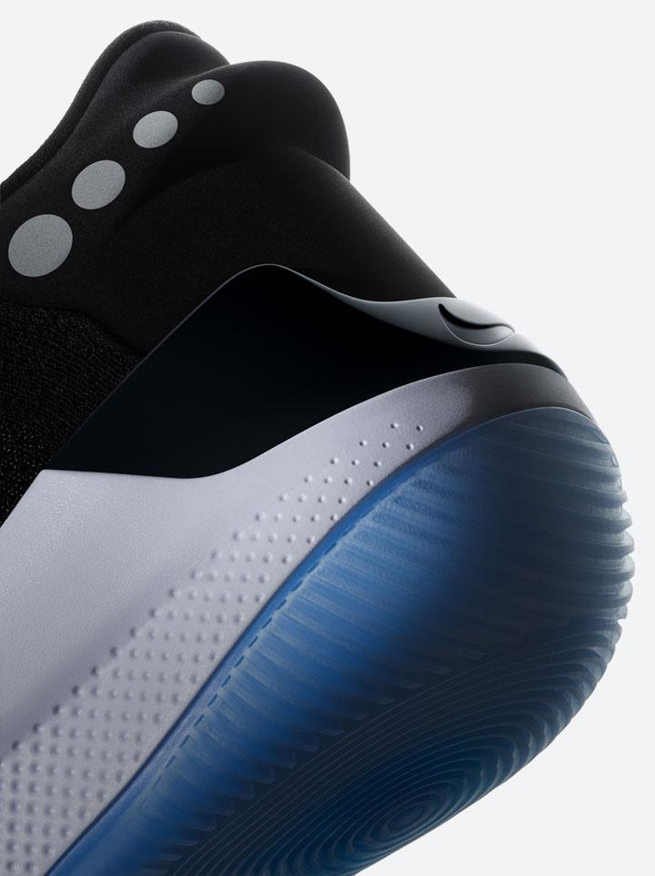 Nike Adapt BB — basketbalové boty — samošněrovací — svítící, elektronické — Hi-Tech basketball sneakers — sportovní obuv — detail paty