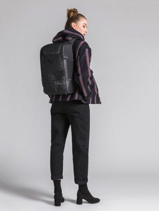 pinqponq Cubik Medium — Silk Silver — Changeant — temně šedý batoh — městský — outdoor