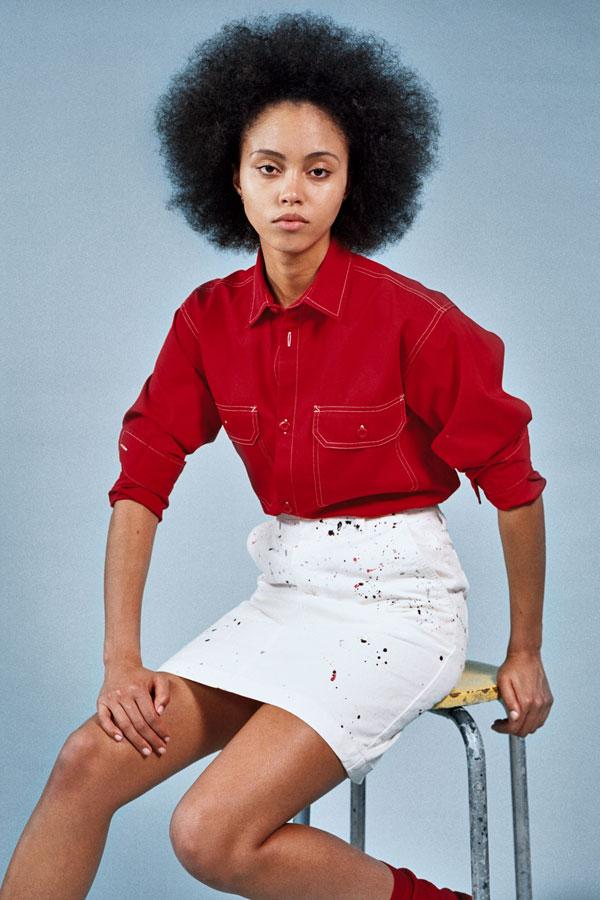 Carhartt WIP — bílá sukně se skvrnami barev — dámská červená blůza — lookbook jaro/léto 2019