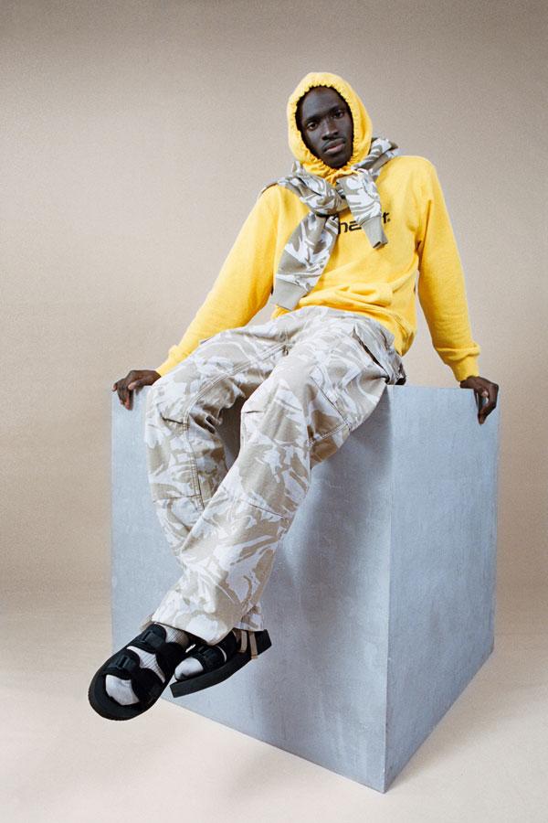 Carhartt WIP — pánské maskáčové kalhoty — pánská žlutá mikina s kapucí — lookbook jaro/léto 2019