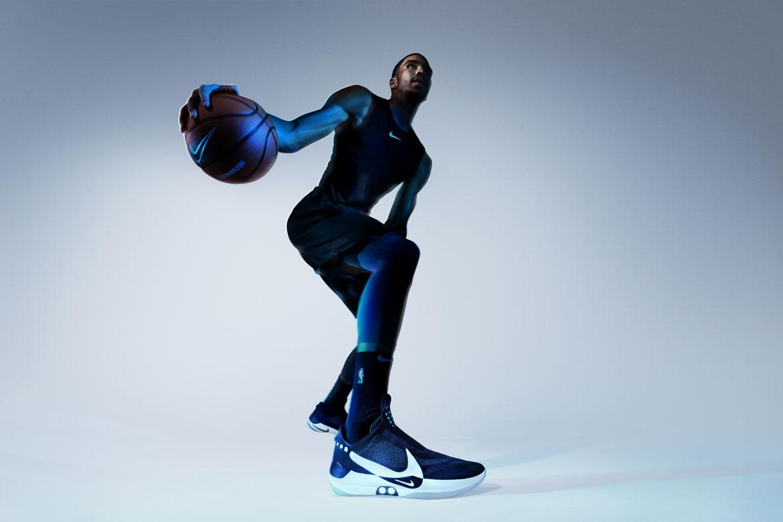 Nike Adapt BB — basketbalové boty — samozavazovací — svítící, elektronické — Hi-Tech basketball sneakers — sportovní obuv — look 11