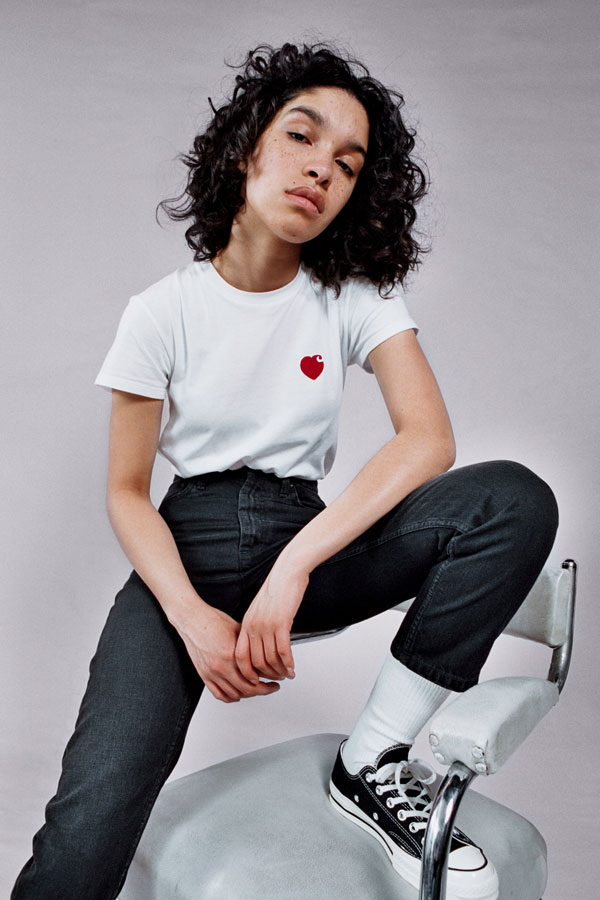 Carhartt WIP — dámské bílé tričko se srdíčkem — tmavě modré džínové kalhoty s širokým střihem — lookbook jaro/léto 2019