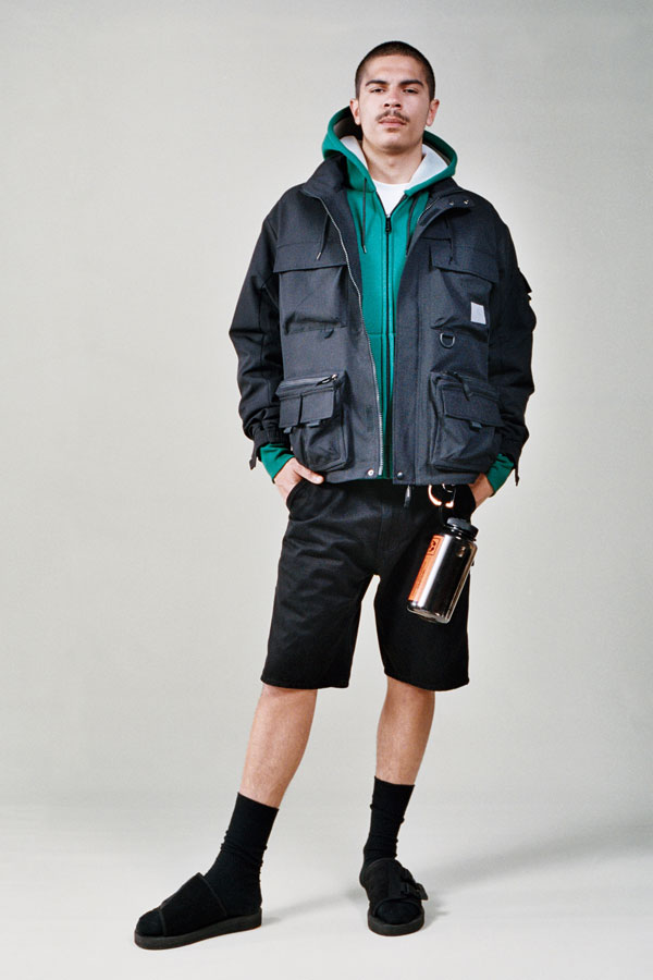 Carhartt WIP — tmavě modrá jarní bunda bez kapuce s kapsami — pánské černé šortky — lookbook jaro/léto 2019