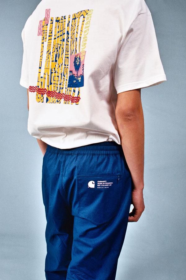 Carhartt WIP — bílé tričko s potiskem na zádech — pánské modré kalhoty — lookbook jaro/léto 2019