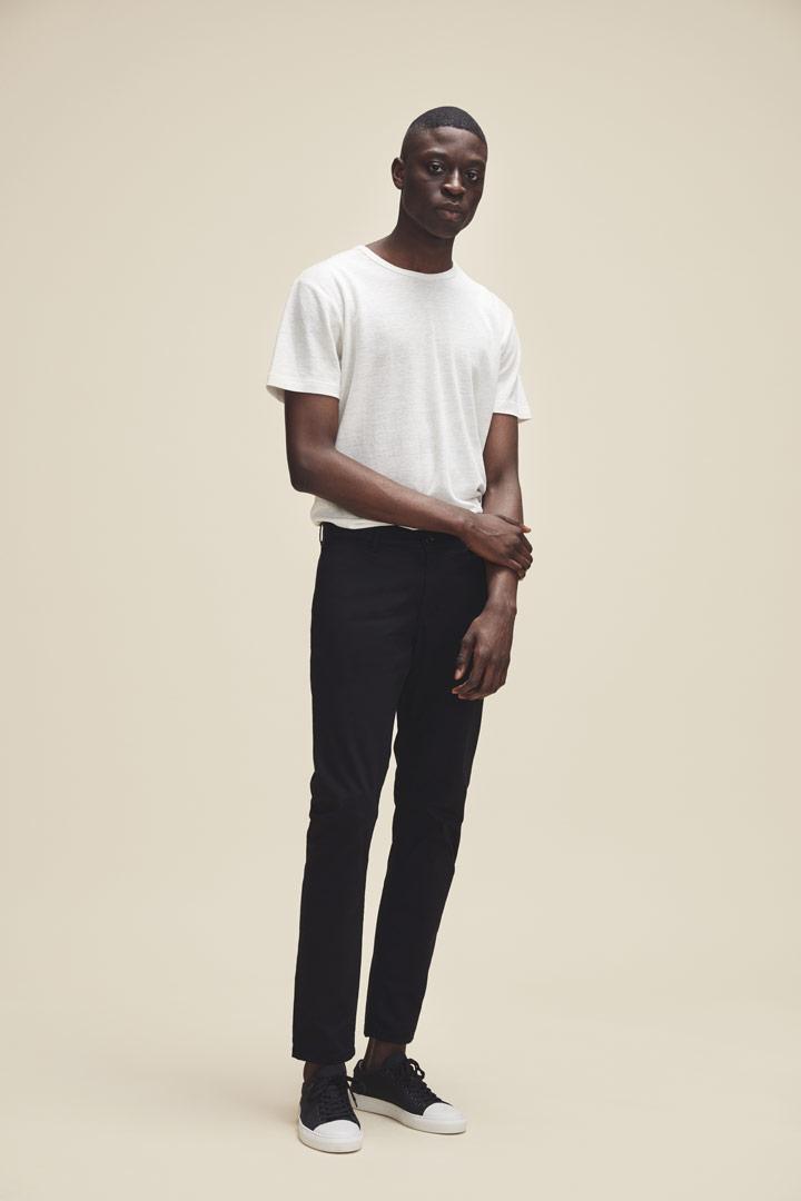 Makia — pánské smetanově bílé tričko s krátkými rukávy — pánské černé slim kalhoty — jaro/léto 2019